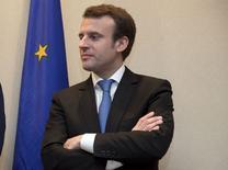 L'Etat a demandé à Areva et à EDF de repenser leurs relations industrielles et commerciales mais une fusion entre les deux groupes n'est pas à l'ordre du jour, a déclaré Emmanuel Macron dans une interview à Reuters. /Photo prise le 3 mars 2015/REUTERS/Philippe Wojazer