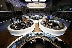 Помещение фондовой биржи во Франкфурте-на-Майне. 3 марта 2014 года. Европейские фондовые рынки в основном снижаются, а акции банка Credit Suisse растут после сообщения о смене генерального директора. REUTERS/Ralph Orlowski