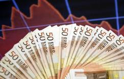 Les ministres des Finances de l'Union européenne, réunis mardi à Bruxelles, ont validé une nouvelle extension de deux ans du délai accordé à la France pour ramener son déficit public sous la limite des 3% de son produit intérieur brut. /Photo prise le 9 mars 2015/REUTERS/Dado Ruvic