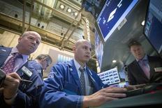 Трейдеры на фондовой бирже в Нью-Йорке. 11 марта 2015 года. Фондовые рынки США снизились в среду за счет укрепления доллара и неуверенности в сроке повышения процентных ставок ФРС. REUTERS/Brendan McDermid