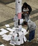 Pessoas olhando anúncios de emprego no centro de São Paulo.    13/10/2014    REUTERS/Paulo Whitaker