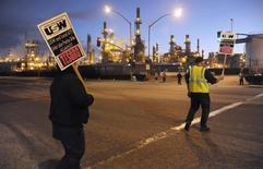 Piquet de grève devant la raffinerie Tesoro à Carson, en Californie. Syndicats et compagnies pétrolières ont conclu un accord de principe pour mettre fin à la plus longue grève depuis 35 ans dans les raffineries des Etats-Unis. /Photo prise le 2 février 2015/REUTERS/Bob Riha, Jr.