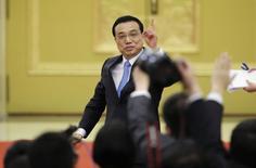 Le Premier ministre chinois Li Keqiang, qui s'exprimait devant la presse à l'issue de la session annuelle de l'Assemblée nationale populaire de Chine, a déclaré qu'il ne serait pas facile pour la Chine de parvenir à son objectif de croissance économique d'environ 7% cette année mais que le gouvernement disposait de marges de manœuvre à même de soutenir l'activité dans le pays. /Photo prise le 15 mars 2015/REUTERS/Jason Lee