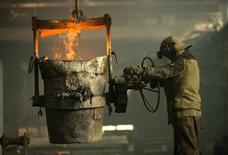 Рабочий металлургического комбината в Бобруйске. 11 марта 2015 года. Международный валютный фонд ухудшил экономический прогноз для Белоруссии и теперь ожидает в 2015 году падения экономики на 2,0 процента, вместо озвученного в октябре прогноза роста на 1,5 процента. REUTERS/Vasily Fedosenko