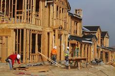 En la imagen, trabajadores de construcción construyen casas unifamiliares en San Diego, California. 25 de marzo, 2013. La confianza de los constructores de casas de Estados Unidos bajó por tercer mes consecutivo en marzo, pero de todos modos creció el número de empresarios del sector que veían las condiciones del mercado como favorables, dijo el lunes la Asociación Nacional de Constructores de Viviendas. REUTERS/Mike Blake
