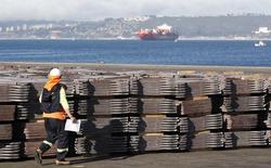 Un trabajador portuario revisa un cargamento de cobre listo para ser exportado a Asia desde Valparaíso, Chile, ene 25 2015. El cobre retrocedió el lunes presionado por una nueva alza de las existencias, aunque las pérdidas fueron limitadas por la debilidad del dólar y los comentarios de un líder chino sobre la economía. REUTERS/Rodrigo Garrido
