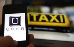 La Cour régionale de Francfort a prononcé mercredi une interdiction sur l'ensemble du territoire allemand visant l'application UberPOP, offre payante de transport entre particuliers de la société américaine Uber. /Photo prise le 15 septembre 2014/REUTERS/Kai Pfaffenbach