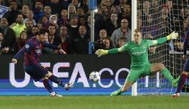 Messi tentando finalização em cima do goleiro Joe Hart, do Manchester City.    18/03/2015   Action Images via Reuters / Carl Recine Livepic