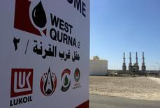 Логотип Лукойла на месторождении Западная Курна-2 в Ираке. 29 марта 2014 года. Лукойл попросит Ирак увеличить объем нефти, причитающейся компании в виде вознаграждения за освоение месторождения Западная Курна-2, а в противном случае будет вынужден снизить инвестиции, сказал в четверг глава Лукойла Вагит Алекперов. REUTERS/Essam Al-Sudani