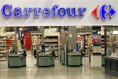 Carrefour s'apprête à retourner en Algérie après six ans d'absence, dans le cadre de sa stratégie de déploiement sur un continent africain prometteur. Le deuxième distributeur mondial derrière Wall-Mart va ouvrir un hypermarché à Alger d'ici la fin du premier semestre. /Photo d'archives/REUTERS/Charles Platiau
