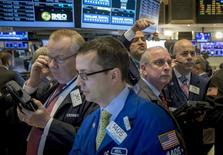 Operadores en la bolsa de Wall Street, mar 19 2015. Las acciones en Estados Unidos caían el jueves ante el desplome de los papeles de energía y el índice amplio S&P 500 devolvía parte de su avance del miércoles, provocado por un comunicado de la Reserva Federal que fue más moderado de lo que preveía el mercado. REUTERS/Brendan McDermid