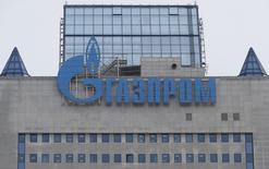 Логотип Газпрома на штаб-квартире компании в Москве 24 февраля 2015 года. Российский монополист в сфере трубопроводного экспорта газа Газпром в 2015 году может вернуться к ретроактивным платежам клиентам из ЕС, однако не получал от них требований заплатить штрафы за недопоставки газа, сказал финансовый директор компании Андрей Круглов в пятницу. REUTERS/Maxim Zmeyev