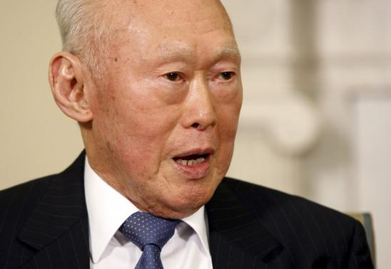 Singapore's Minister Mentor Lee Kuan Yew meets with U.S. President Barack Obama in the Oval Office of the White House in Washington, in this October 29, 2009 file photo. REUTERS-Jason Reed-Files