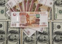 Банкноты доллара США и российского рубля. Сараево, 9 марта 2015 года. Рубль на торгах понедельника подешевел к доллару на фоне снижения цен на нефть и обострения ситуации на Донбассе, взволновавшей игроков. REUTERS/Dado Ruvic