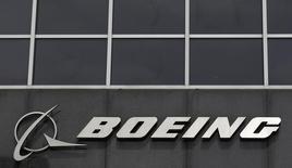 Le titre Boeing figure au rang des valeurs à suivre ce lundi sur les marchés américains, alors que l'armée de l'air américaine a annoncé dimanche qu'elle s'efforçait de résoudre un problème technique affectant un petit nombre de satellites de géolocalisation construits par le groupe américain. /Photo d'archives/REUTERS/Jim Young