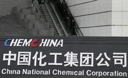Pessoas usam escada rolante na parte externa da sede da empresa China National Chemical Corporation em Pequim 4/02/ 2005. REUTERS/Stringer
