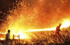 Aciérie à Dalian, province de Liaoning. L'activité dans les secteur manufacturier en Chine est tombée à son plus bas niveau depuis 11 mois en mars, en raison d'une baisse des prises de commandes /Photo prise le 16 mars 2015/REUTERS/China Daily