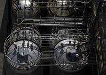 Le secteur français de la chimie, dont la croissance s'est accélérée en 2014 grâce à une forte contribution des exportations, aborde 2015 avec prudence même si sa compétitivité devrait bénéficier de l'impact des baisses conjointes des cours du pétrole et de l'euro, selon Philippe Goebel, le président de l'Union des industries chimiques. /Photo d'archives/ REUTERS/Denis Balibouse