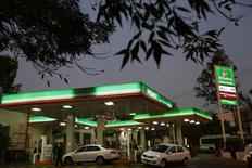 Una gasolinera de Pemex en Ciudad de México, ene 13 2015. La inflación anual de México se moderó hasta la primera mitad de marzo ubicándose debajo de la meta del banco central, pese al incremento de algunos precios como el de la gasolina de bajo octanaje y el tomate, según datos publicados el martes por el instituto de estadísticas, INEGI.      REUTERS/Edgard Garrido