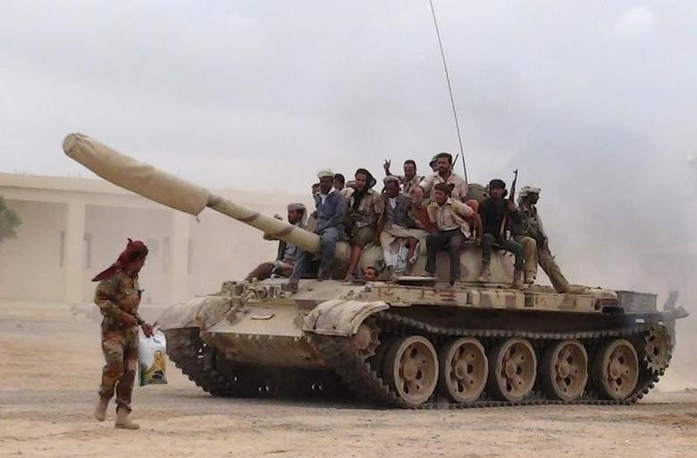 Southern People's Resistance militants loyal to Yemen's President Abd-Rabbu Mansour Hadi move a tank from the al-Anad air base in the country's southern province of Lahej March 24, 2015.  REUTERS/Stringer
