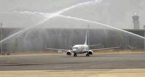 Boeing 737-800 после посадки в Дохе 30 апреля 2014 года. Самолет Boeing-737 с 78 пассажирами и экипажем на борту, подавший сигнал бедствия из-за отказавшего двигателя, благополучно приземлился в аэропорту Санкт-Петербурга, сообщил владелец лайнера, российская авиакомпания Ютэйр <UTAR.MM>. REUTERS/Fadi Al-Assaad