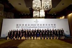 """En la imagen, miembros del comité evaluador del COI para Pekín 2022 posan para un grupo de fotógrafos en Pekín, el 24 de marzo de 2015. Si Pekín consigue organizar los Juegos Olímpicos de Invierno de 2022, los extranjeros que asistan dispondrán de acceso a Internet sin censura, pero eso no representa un problema para los chinos a los que """"no les gustan"""" sitios como Facebook o Twitter, dijo el miércoles una funcionaria.  REUTERS/Mark Schiefelbein/Pool"""