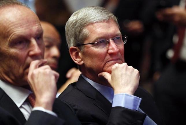 3月26日、米アップルのティム・クックCEOが全資産を寄付する考えであるとフォーチュン誌が伝えた。カリフォルニア州パロアルトで2月撮影(2015年 ロイター/KEVIN LAMARQUE)