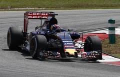 La Toro Rosso du Néerlandais Max Verstappen lors des essais libres vendredi en vue du Grand Prix de Formule Un de Malaisie. Renault, motoriste de Toro Rosso, a annoncé examiner différentes options en F1, y compris une sortie de ce sport ou un rachat de l'écurie Toro Rosso, après de sévères critiques sur son moteur. /Photo prise le 27 mars 2015/REUTERS/Olivia Harris