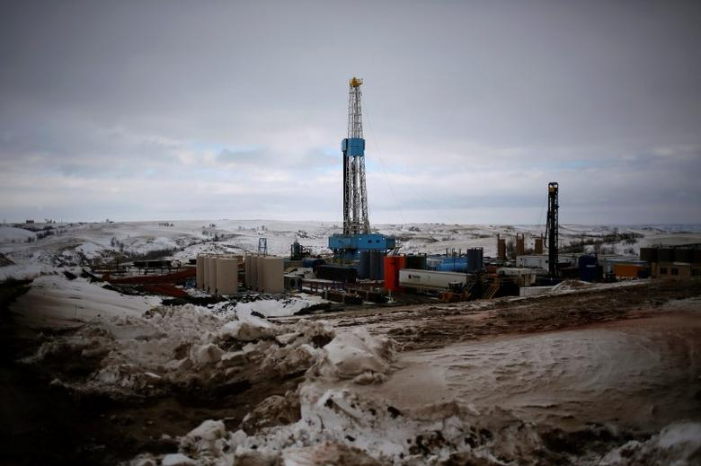 An oil derrick is seen at a fracking site for extracting oil outside of Williston, North Dakota, in this file photo taken March 11, 2013. REUTERS/Shannon Stapleton/Files