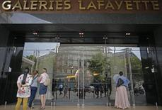 Les Galeries Lafayette entament la restructuration de leur réseau de magasins de province avec la fermeture, annoncée mardi aux représentants des salariés, des magasins déficitaires de Thiais, dans le Val-de-Marne, et Béziers, dans l'Hérault. /Photo d'archives/REUTERS/Christian Hartmann