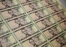 Plantillas de billetes de cinco dólares durante su elaboración en la Casa de la Moneda de Estados Unidos en Washington, mar 26 2015. El euro caía el martes y alcanzó un mínimo de 10 días frente al dólar, en camino a su peor trimestre, con los inversores renovando sus apuestas a que la Reserva Federal de Estados Unidos subirá las tasas a fines de año, mientras el Banco Central Europeo actúa para impulsar la economía de la zona euro.  REUTERS/Gary Cameron