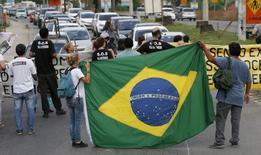 Moradores da Vila Autódromo fecham rodovia no Rio em protesto contra desocupação para Jogos de 2016.  1/4/2015.  REUTERS/Sergio Moraes