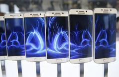 A row of Galaxy S6 edge smartphones are seen on display after the Samsung Galaxy Unpacked event before the Mobile World Congress in Barcelona March 1, 2015. REUTERS/Albert Gea