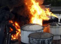 Un incendio en un depósito de combustible de Ultracargo en Santos, Brasil, abr 2 2015. El acceso a parte del puerto de Santos, el mayor de Brasil, fue bloqueado el viernes luego de que un quinto tanque de combustible se incendió en un depósito de almacenamiento de combustible de la compañía Ultracargo, dijeron la firma y una empresa local de ingeniería. REUTERS/Paulo Whitaker