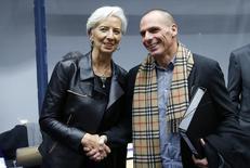 En la imagen de archivo,  la directora gerente del FMI, Christine Lagarde, estrecha la mano del ministro de Finanzas griego, Yanis Varoufakis, en una reunión en Bruselas. 11 de febrero de 2015. Varoufakis se reunirá el domingo en Washington con  Lagarde, para discutir la propuesta de reformas de Atenas. REUTERS/Francois Lenoir