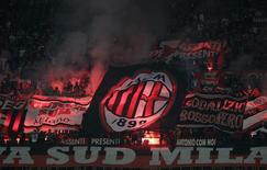Bandeira do Milan iluminada durante partida contra a Inter de Milão, em foto de arquivo.  04/05/2014   REUTERS/Max Rossi