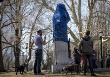 Curiosos observam uma estátua de Edward Snowden coberta no Fort Greene Park, em Nova York, Estados Unidos, nesta segunda-feira. 06/04/2015 REUTERS/Brendan McDermid