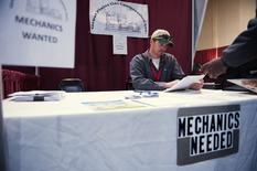 Offres d'emploi de mécaniciens à Williston, dans le Dakota du Nord. Les offres d'emploi aux Etats-Unis ont progressé en février pour atteindre un pic de 14 ans, signe que le marché de l'emploi demeure solide. /Photo prise le 11 mars 2015/REUTERS/Andrew Cullen