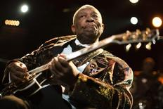 """El veterano guitarrista de blues B.B. King aseguró que """"me siento mucho mejor"""" mientras se dirigía a su casa el martes, tras haber sido hospitalizado por problemas relacionados con la diabetes que sufre. En la imagen, durante un concierto en Montreux el 2 de julio de 2011. REUTERS/Valentin Flauraud"""