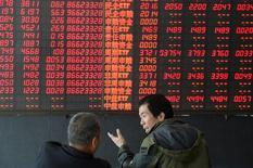 Инвесторы в брокерской конторе в китайском городе Тайюань. 7 апреля 2015 года. Азиатские фондовые рынки выросли в среду, причем рынки Японии и Гонконга достигли многолетних максимумов. REUTERS/Stringer