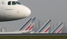 An Air France aircraft  taxies to the runway at the Charles-de-Gaulle airport, near Paris April 8, 2015. REUTERS/Gonzalo Fuentes