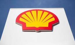 Royal Dutch Shell, le numéro un du secteur de l'énergie britannique, a dit mercredi avoir conclu un accord pour racheter le numéro trois, BG Group, pour 47 milliards de livres (64,34 milliards d'euros), réalisant la première méga-fusion dans le secteur pétrolier depuis des années. /Photo d'archives/REUTERS/Neil Hall