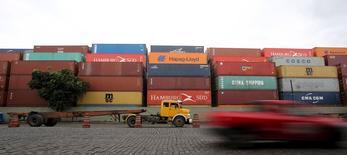 Caminhão parado em terminal do porto de Santos.  06/04/2015   REUTERS/Paulo Whitaker