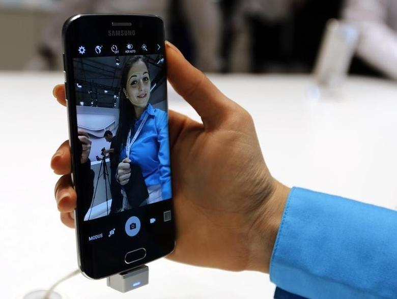 A hostess displays the new Samsung Galaxy S6 smartphone during the Mobile World Congress in Barcelona March 2, 2015.  REUTERS/Gustau Nacarino