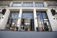 Marc Lelandais, ex-patron de Vivarte, propriétaire entre autres de La Halle aux vêtements, dément avoir touché plus de trois millions d'euros d'indemnités de départ, comme évoqué par Le Parisien. Le groupe vient d'annoncer un plan de restructuration passant par la suppression de près de 1.500 emplois. /Photo prise le 8 avril 2015/REUTERS/Charles Platiau