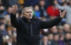 Técnico do Chelsea, José Mourinho, durante jogo com Hull City. 22/3/15 REUTERS/Lee Smith