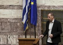 En la imagen, el ministro de Economía griego Yanis Varufakis pasa junto a las banderas de Grecia y la UE en la sesión del parlamento griego del 2 de abril de 2015.  Incluso si sobrevive los próximos tres meses haciendo equilibrismo al borde de la bancarrota, Grecia podría haber echado a perder su mejor oportunidad para un acuerdo por la deuda a largo plazo, al alejar a sus socios de la zona euro justo cuando más necesitaba su respaldo. REUTERS/Alkis Konstantinidis