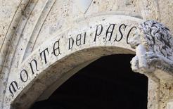 Banca Monte dei Paschi di Siena, la troisième banque italienne, a annoncé la vente au groupe postal public Poste Italiane de sa participation de 10,3% dans la société de gestion d'actifs Anima Holding pour 215,2 millions d'euros. /Photo prise le 16 août 2014/REUTERS/Stefano Rellandini