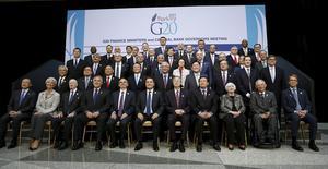 Ministros de Finanzas posan para una foto grupal durante una reunión del grupo G20 en Washington, 17 abril, 2015. El Grupo de las 20 economías más grandes del mundo advertirá el viernes de un alto riesgo de volatilidad financiera debido a que las políticas monetarias de los bancos centrales más destacados comienzan a tomar caminos divergentes.  REUTERS/Gary Cameron