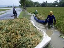 Una serie de tuits espontáneos sobre grandes inundaciones se están convirtiendo en una herramienta de mapeo que podría servir a los servicios de emergencias para salvar vidas y suministrar ayuda en desastres, dijeron investigadores holandeses. En la imagen, trabajadores en una zona inundada en Tuban, Indonesia, el 5 de abril de 2015.  REUTERS/Antara Foto/Aguk Sudarmojo